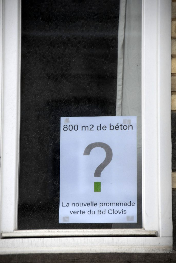 Détail-fenêtre-affiches-contre-béton-boulevard-clovis