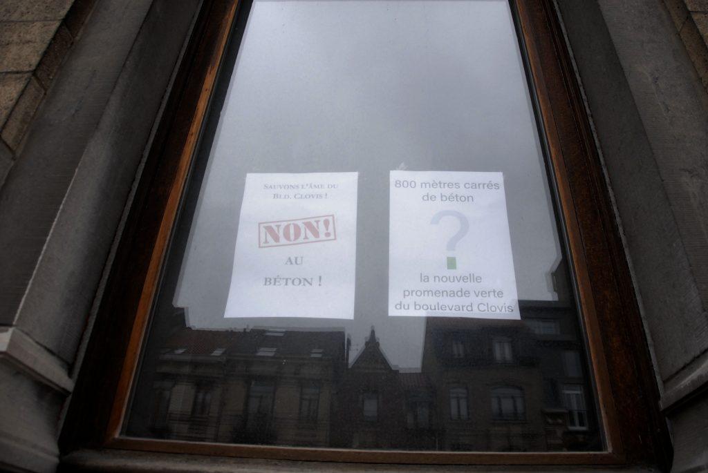 Détail-deux-affiches-fenêtres-boulevard-clovis