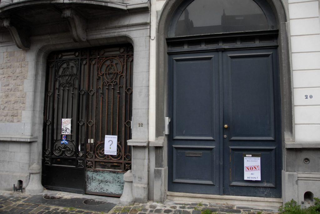 boulevard-clovis-détail-vieilles-portes-avec-affiches-contre-le-béton
