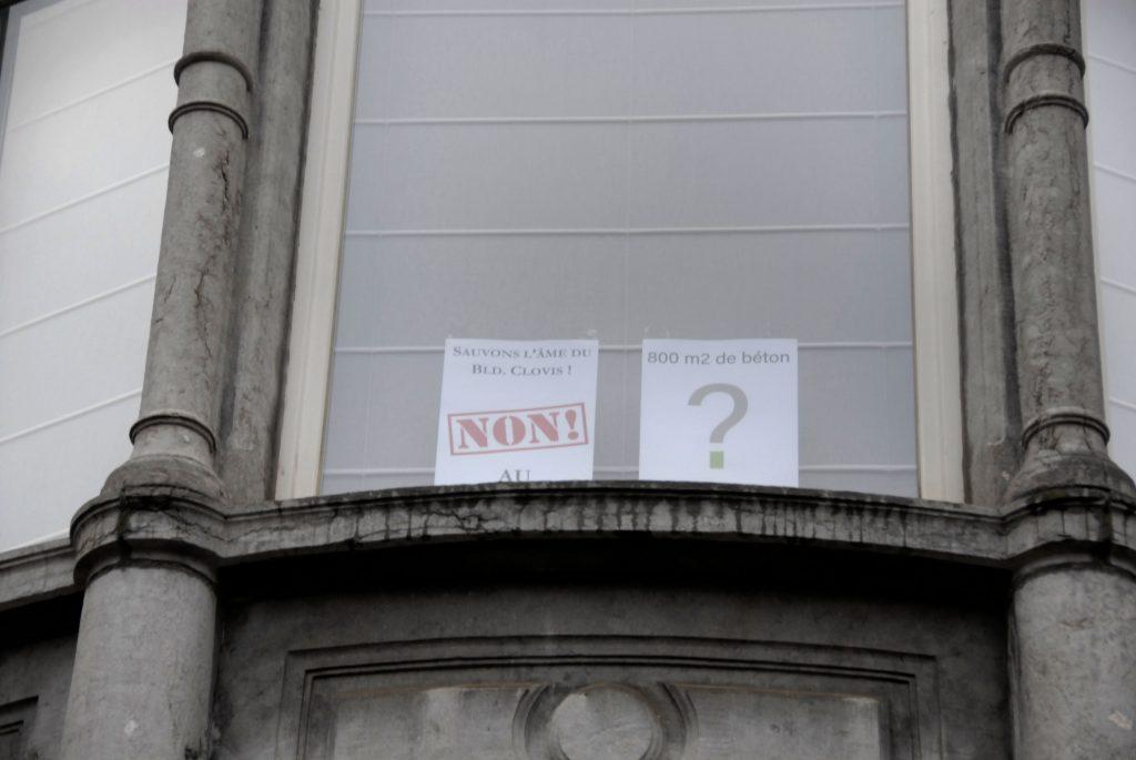 Boulevard-clovis-fenêtre-avec-deux-affiches-contre-le-béton