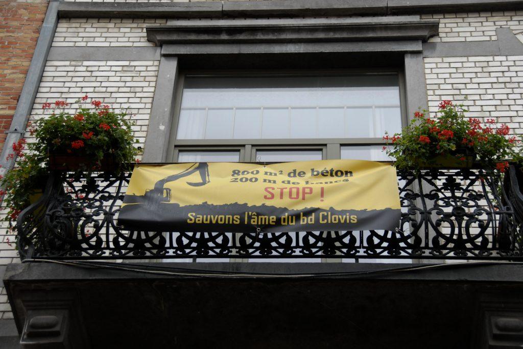 Boulevard-clovis-détail-balcon-banderole-stop-au-béton