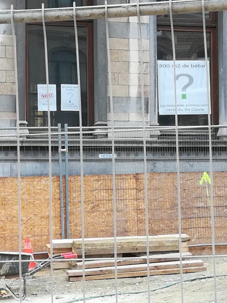 fenêtres-avec-affiches-contre-le-béton-boulevard-clovis
